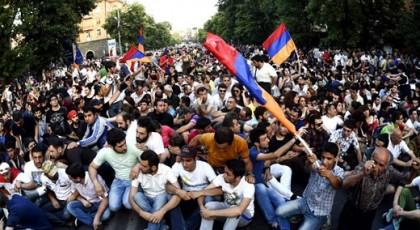 Полиция Еревана призвала демонстрантов разблокировать проспект Баграмяна