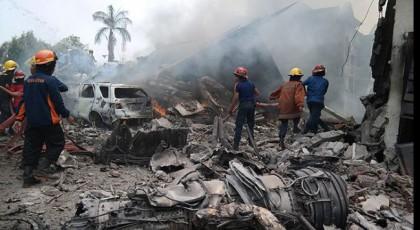 В результате падения самолета в Индонезии погибли все пассажиры и члены экипажа